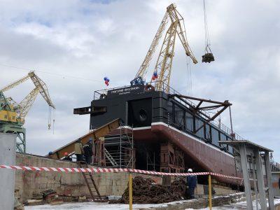В Севастополе спустили на воду правый борт  плавкрана «Григорий Просянкин»