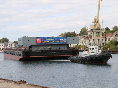 Севморзавод спустил на воду понтон плавкрана «Севастополь»