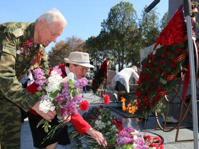Возложение цветов к Мемориальному комплексу Сапун-гора